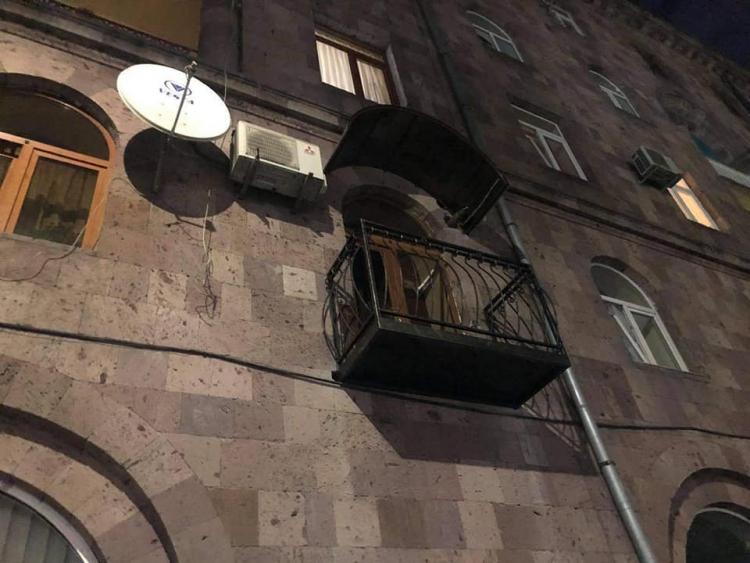 Շենքի բնակիչը մեկ գիշերվա մեջ պատշգամբ է «հարմարեցրել»