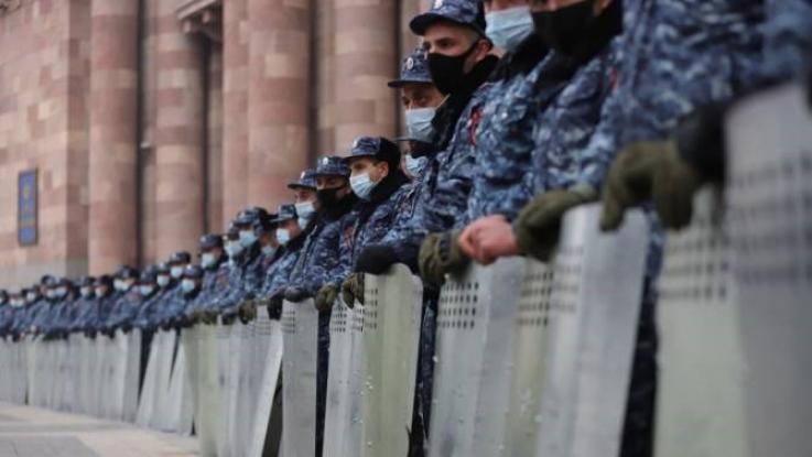 Քաղաքացիները փորձում էին խոչընդոտել Փաշինյանի մուտքը կառավարության 3-րդ մասնաշենք. նա խորհրդակցություն է անցկացնում ՇՄ նախարարությունում