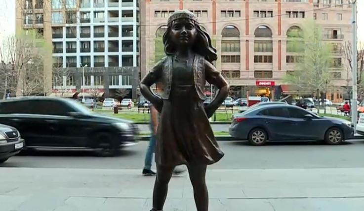 Անվախ աղջկա արձանը՝ Կառավարության դիմաց