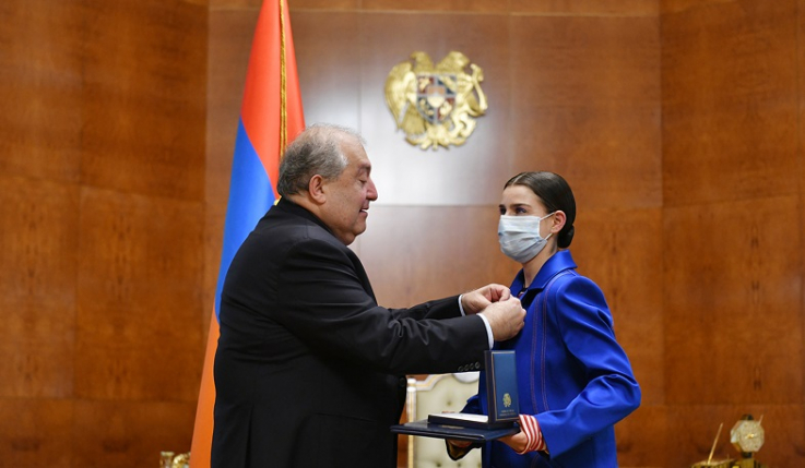 Նախագահը պետական պարգև է հանձնել օպերային երգչուհի Հասմիկ Գրիգորյանին