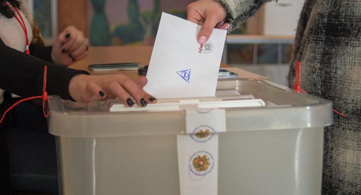 Աբովյան քաղաքի 29/20 ընտրատեղամասում ընտրողը փորձել է իր հետ դուրս բերել  «Քաղաքացիական պայմամագիր» կուսակցության քվեաթերթիկը