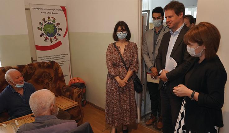 Ջոնաթան Լաքոթն այցելել է «Հրազդանի ցերեկային խնամքի կենտրոն», ծանոթացել տեղահանված քաղաքացիներին տրամադրվող ծառայություններին