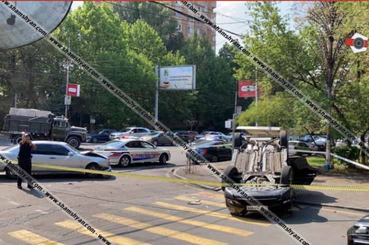 Բախվել են Mercedes-ն ու Nissan X-Trail-ը. վերջինը գլխիվայր շրջվել է, կան վիրավորներ
