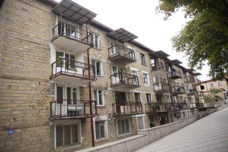 Ստեփանակերտում շարունակվում են 44-օրյա պատերազմի հետևանքով տուժած բազմաբնակարան շենքերի և բնակելի տների վերակառուցման աշխատանքները