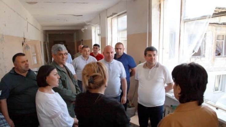 ԱՀ նախագահն այցելել է Ստեփանակերտի Ավետիք Իսահակյանի անվան դպրոց՝ հրթիռակոծության հետևանքով վնասված շենքի վերականգնման աշխատանքներին ծանոթանալու
