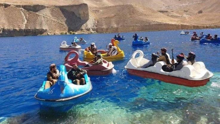 «Թալիբան» շարժման գրոհայինները զինված զվարճանում են մանկական նավակներով