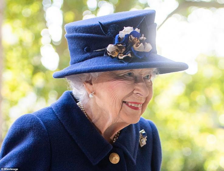 Մեծ Բրիտանիայի թագուհին առաջին անգամ հանրությանն է ներկայացել ձեռնափայտով (լուսանկարներ)