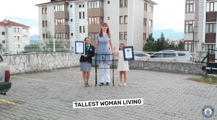 Աշխարհի ամենաբարձրահասակ կինն ապրում է Թուրքիայում (տեսանյութ)